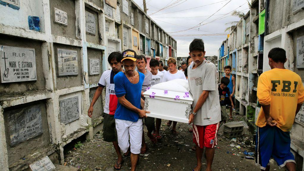 Familiares llevan el féretro de un hombre asesinado en Manila, Filipinas