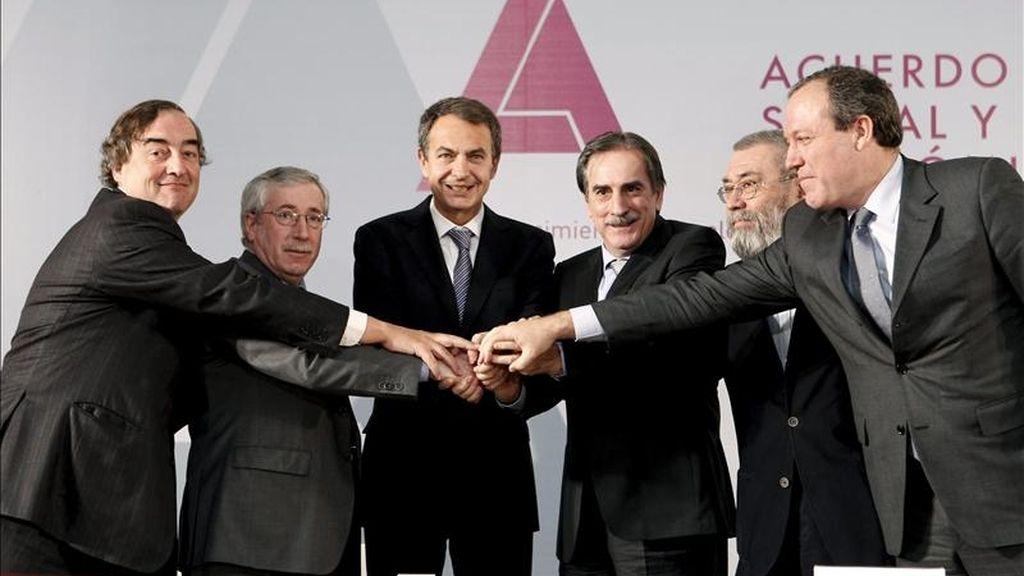 El presidente del Gobierno, José Luis Rodríguez Zapatero (3 izda); el ministro de Trabajo, Valeriano Gómez (3 dcha); los secretarios generales de CCOO, Ignacio Fernández Toxo (2 izda), y UGT, Cándido Méndez (2 dcha), y los presidentes de la CEOE, Juan Rosell (izda), y CEPYME, Jesús Terciado, el pasado dos de febrero tras firmar el pacto social y económico para el crecimiento del empleo y la garantía de las pensiones en el Palacio de la Moncloa. EFE/Archivo
