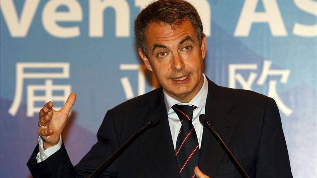 El presidente del Gobierno, José Luis Rodríguez Zapatero, volverá la próxima semana a Asia, en concreto a China y Singapur, para captar el interés de sus poderosos fondos de inversión y apoyar la entrada en el continente de empresas españolas, que tienen previsto firmar relevantes acuerdos en Pekín. EFE/Archivo