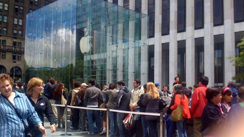 Frente a la tienda de Apple en NYC.