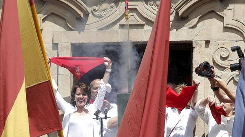 El presidente de la Comparsa de Gigantes y Cabezudos de Pamplona, Mari Ganuza Senosiáin, ha sido el encargado de lanzar el chupinazo con el que, este mediodía, ante una multitud que abarrotaba la plaza consistorial, se han iniciado los Sanfermines 2010. A su lado la alcaldesa de Pamplona, Yolanda Barcina (i). EFE
