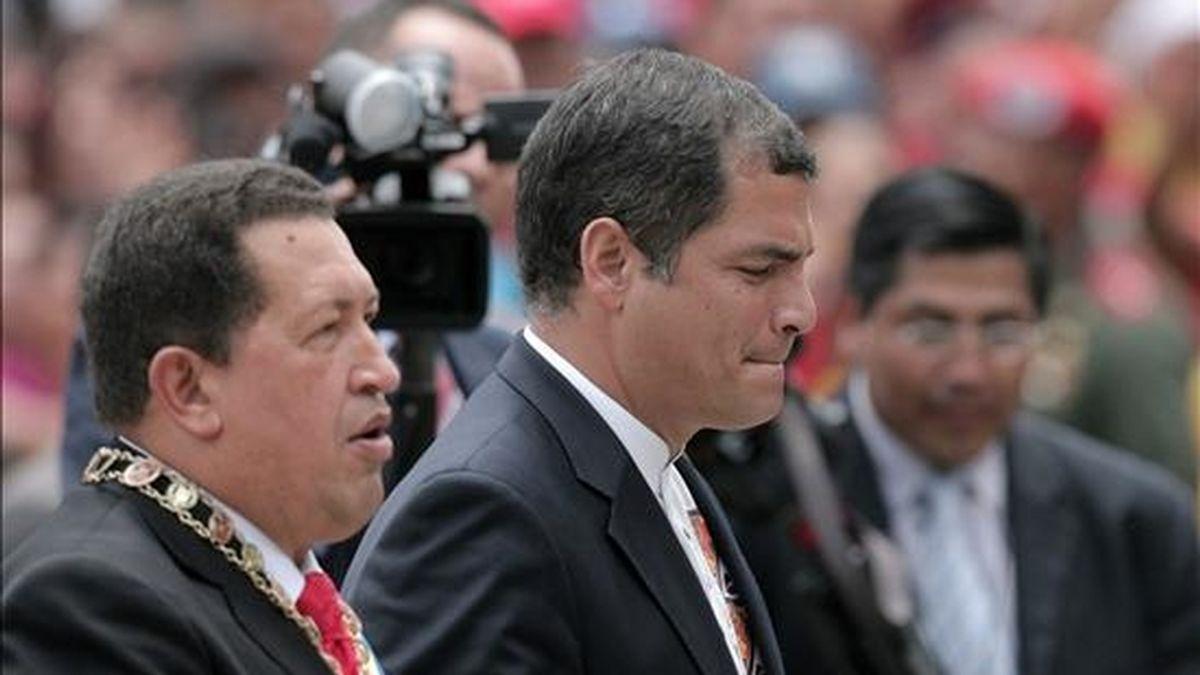 El presidente venezolano, Hugo Chávez (i), y su homólogo ecuatoriano, Rafael Correa (c), asisten a la ceremonia de colocación de los restos simbólicos de la herína quiteña Manuelita Sáenz (1797-1856) en el Panteón Nacional en Caracas (Venezuela). EFE