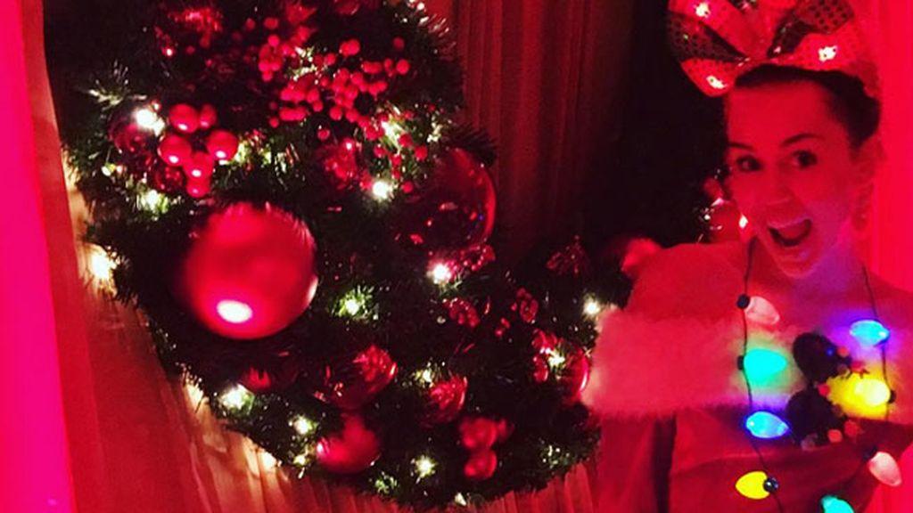 Miley también repite: oda al rojo, luces, un escaparate chino sobre Cyrus