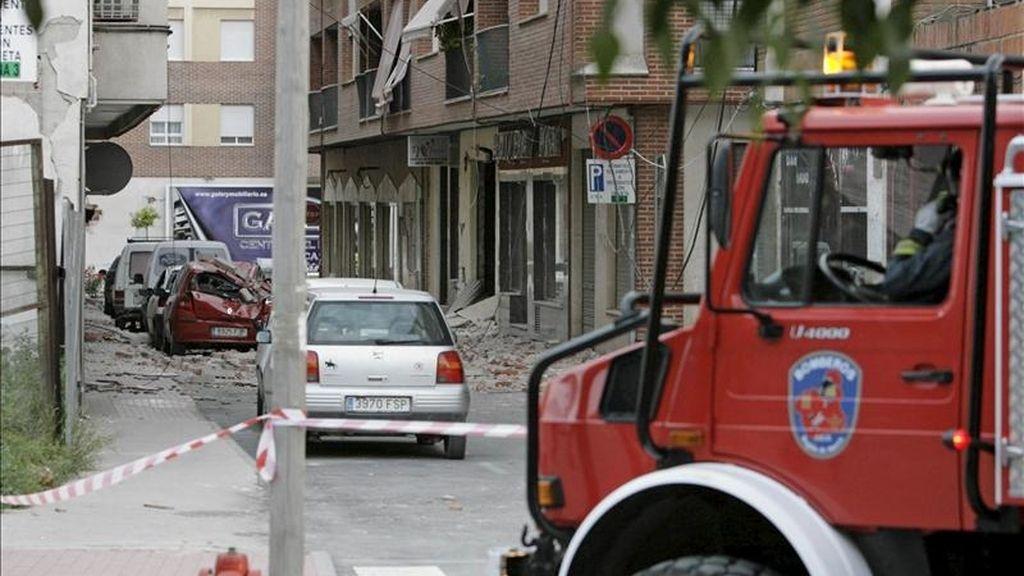 Un vehículo de bomberos junto a una zona precintada en el barrio de San Diego de Lorca, una de las zonas afectadas por el terremoto de 5,2 grados que ha sacudido la región de Murcia y que ha provocado diez fallecidos, según ha informado la Comunidad Autónoma de Murcia, en esa ciudad, tercera en población en la Región y capital del Valle del Guadalentín. EFE