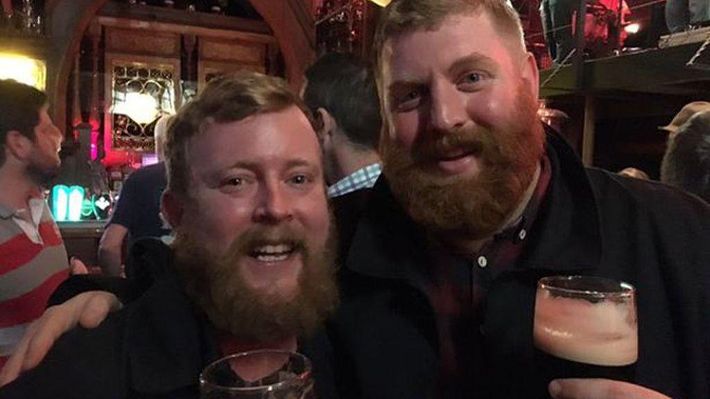 'El selfie de los barbudos' que descubren que son idénticos en pleno vuelo se hace viral