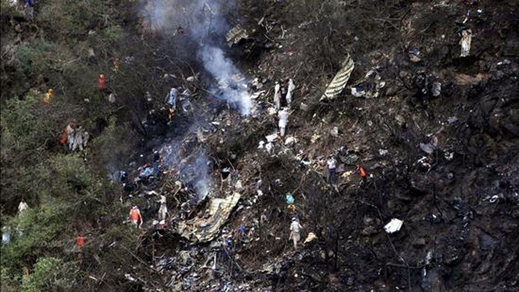 Aspecto de cómo ha quedado la zona donde se ha estrellado un avión, en las Colinas de Margala de Islamabad, (Paquistán). EFE