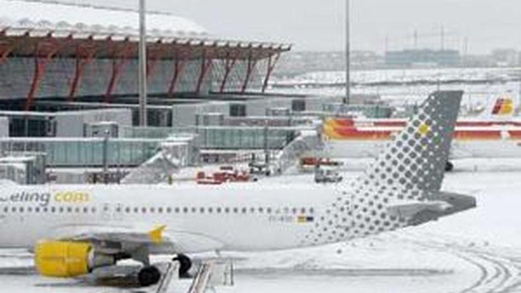 Iberia estuvo cerrado durante cuatro horas por la nieve. Foto: EFE