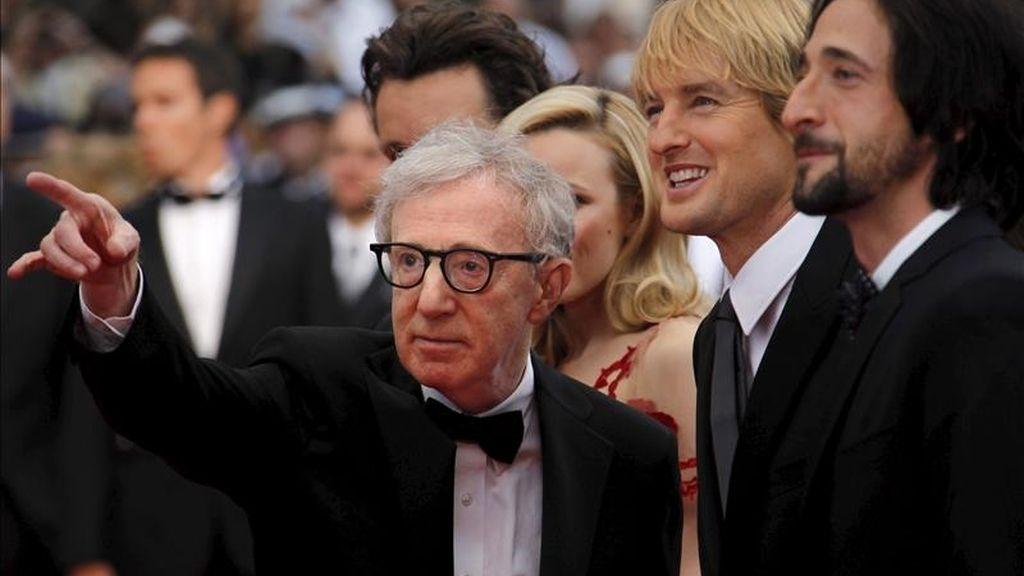 """El director estadounidense Woody Allen (izda) y los actores Adrien Brody (dcha), Owen Wilson (2d), y Rachel McAdams, posan para los medios a su llegada a la proyección de """"Midnight in Paris"""", película que ha inaugurado fuera de concurso la 64 edición del Festival de Cine de Cannes, Francia. EFE"""