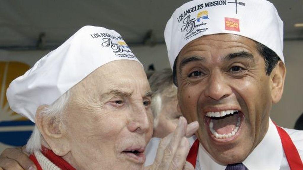 Kirk Douglas y el alcalde de Los Ángeles preparan cenas