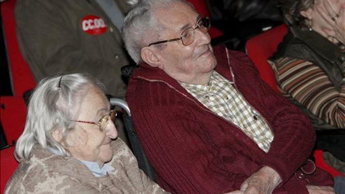 El que fuera lider de Comisiones Obreras, Marcelino Camacho, y su esposa, Josefina Samper, durante un homenaje al histórico sindicalista, en la Casa de Cultura de la localidad madrileña de Majahahonda. EFE/Archivo