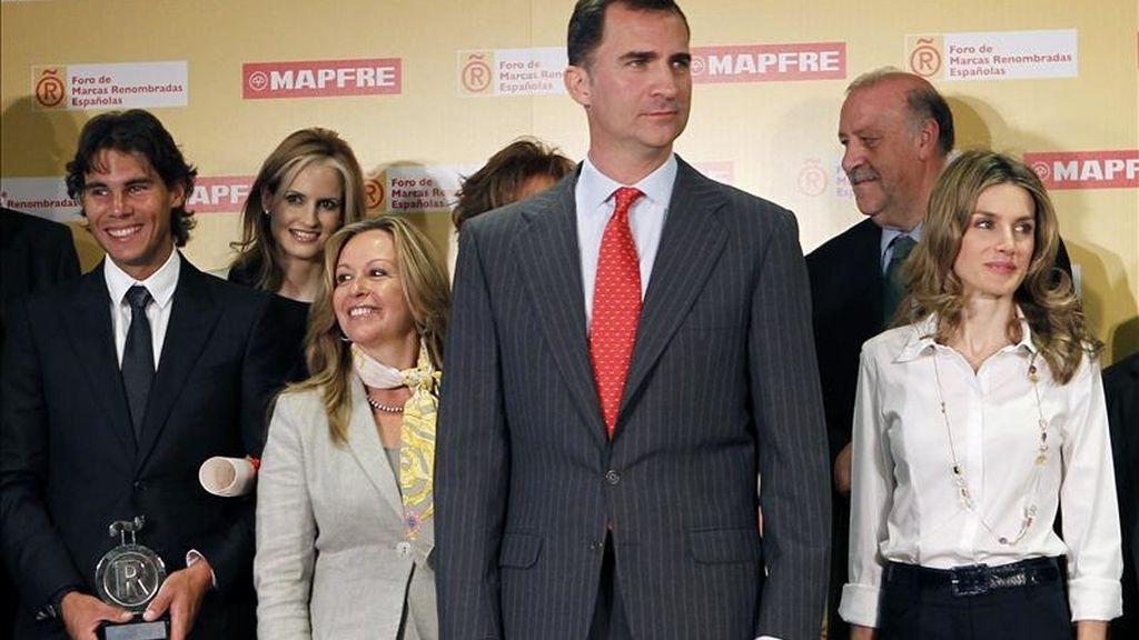 Los Príncipes de Asturias y la ministra de Asuntos Exteriores, Trinidad Jiménez, posan hoy en Madrid junto a los nuevos embajadores de la Marca España tras entregar las acreditaciones que recibieron Vicente del Bosque y Rafa Nadal, entre otros. EFE