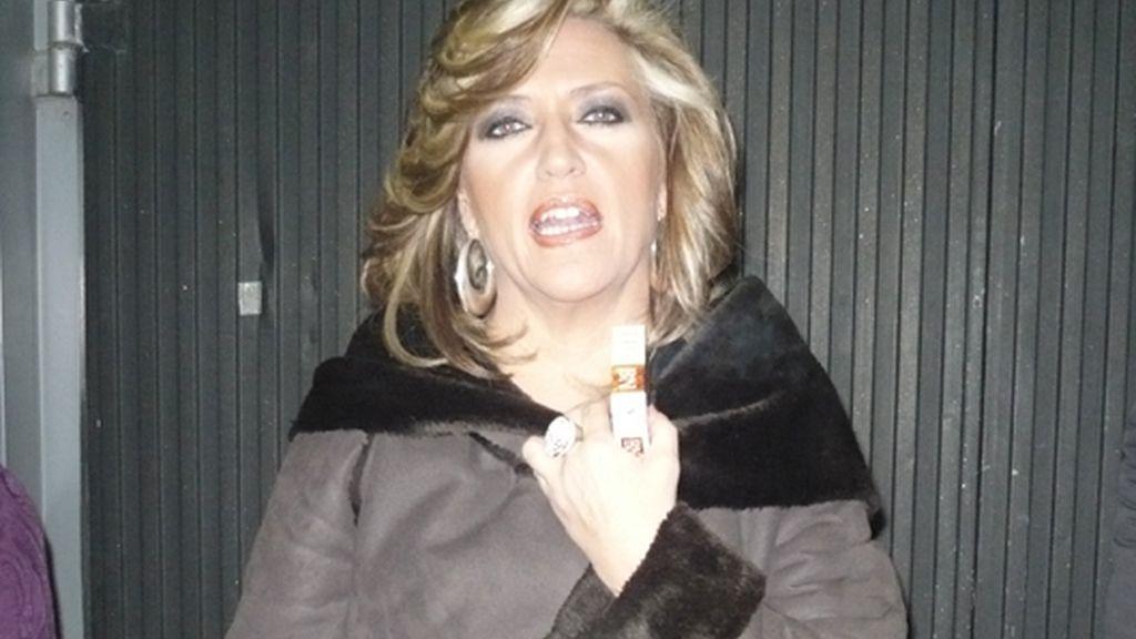 Durante la publi, Lidya, fumando fuera de plató