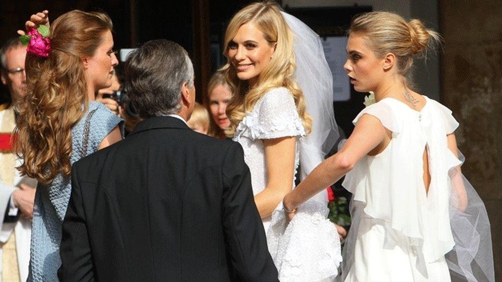 Cara Delevingne también eligió el blanco para su vaporoso traje de dama de honor