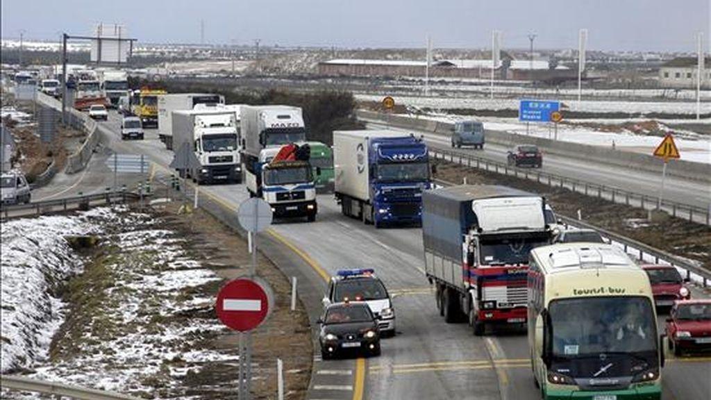 La autovía A-4 en dirección a Córdoba es cortada por la Guardia Civil de Tráfico como consecuencia de un accidente en el que se han visto implicados al menos diecisiete turismos, dos camiones articulados y una autocaravana a la altura de Ocaña (Toledo). EFE