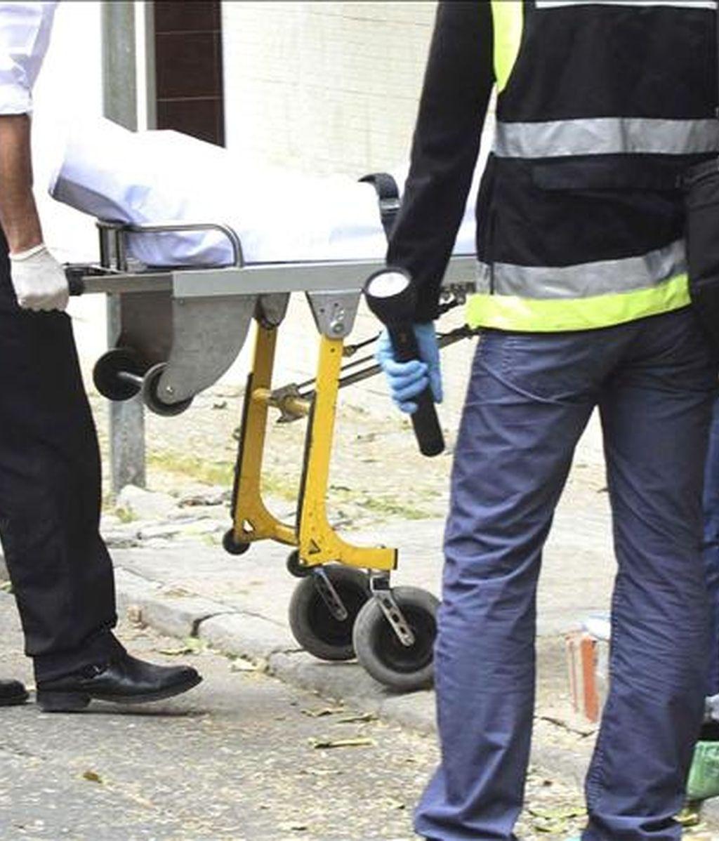 Servicios funerarios trasladan un cadáver. EFE/Archivo
