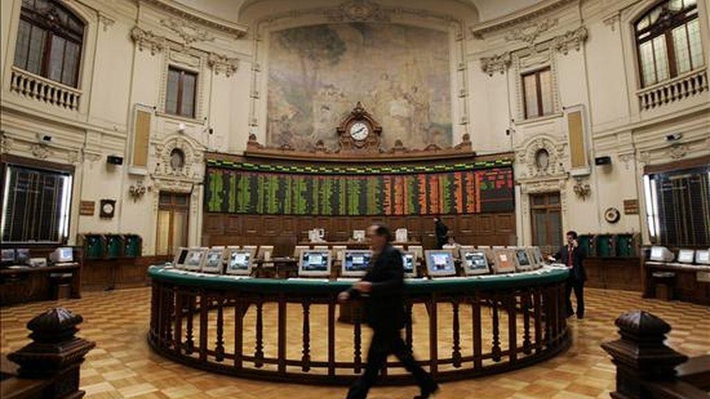 El mercado de Santiago de Chile se anotó un alza de 1,05 por ciento en su indicador IPSA, que quedó en 4.286,14 enteros, con un monto de acciones negociadas que alcanzó los 138.470.935.500 pesos (264,76 millones de dólares). EFE/Archivo