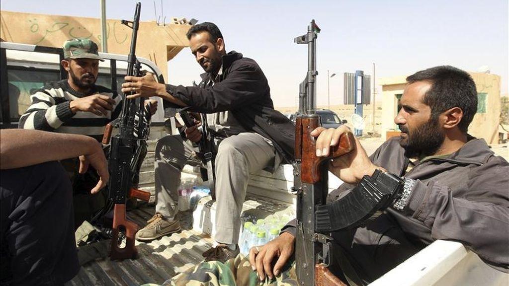 Combatientes rebeldes libios vigilan en la parte libia del paso fronterizo de Wazin, entre Túnez y Libia, el pasado 3 de mayo. EFE