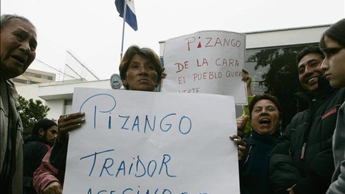 Un centenar de personas protesta ante la Embajada de Nicaragua en Lima (Perú), donde se refugia el líder indígena amazónico Alberto Pizango, perseguido por la justicia por los delitos de rebelión y sedición, entre otros. EFE