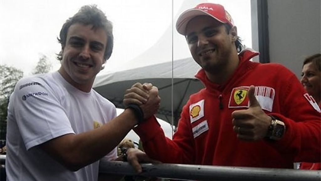 Alonso y Massa se saludan en Interlagos, el pasado fin de semana. FOTO: AP.