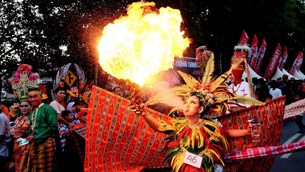 Fuego en un carnaval de Indonesia