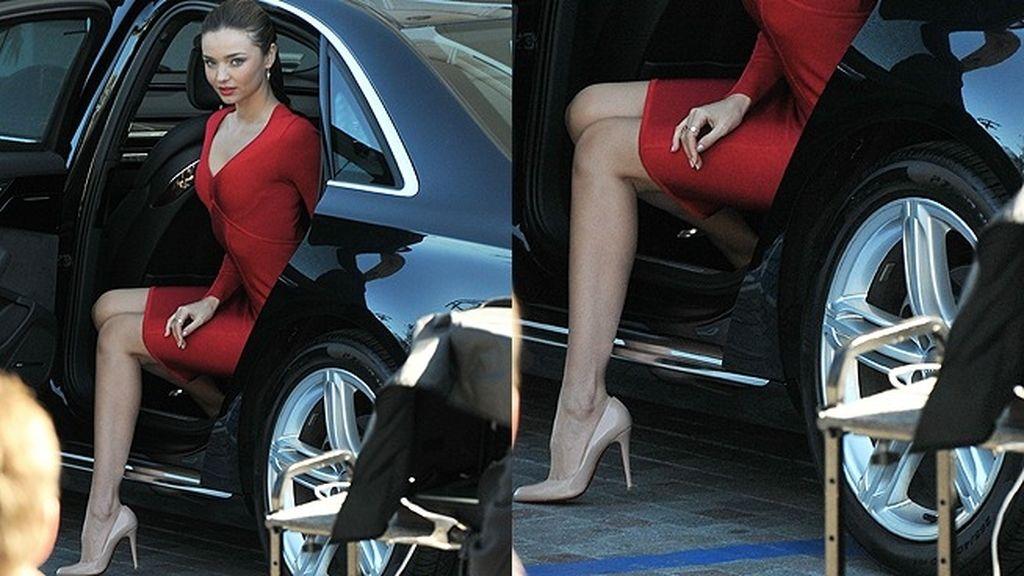 Estira tu pierna buena perpendicularmente al eje del vehículo