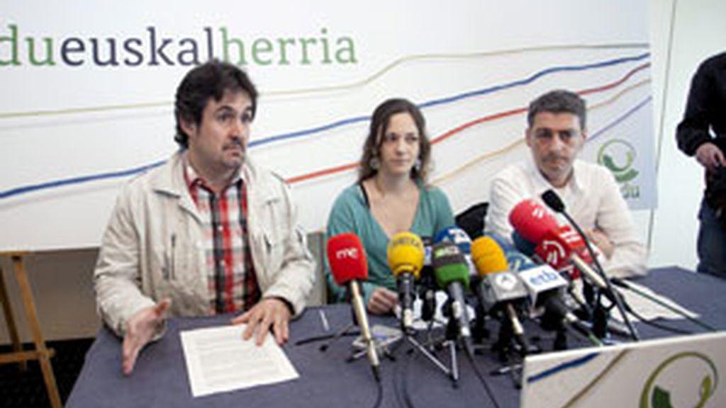 Los portavoces del Bildu, Peio Urizar, Itziar Amestoy y Oscar Matute. Foto: EFE