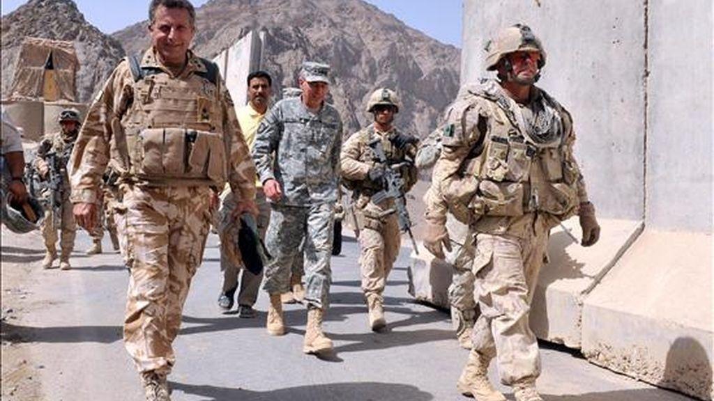 El general estadounidense David H. Petraeus (c), en Kandahar (sur de Afganistán), el 9 de julio. Seis soldados de la Fuerza Internacional de Asistencia a la Seguridad (ISAF) de la OTAN murieron ayer, 10 de julio, en varios ataques registrados en el sur y el este de Afganistán. EFE