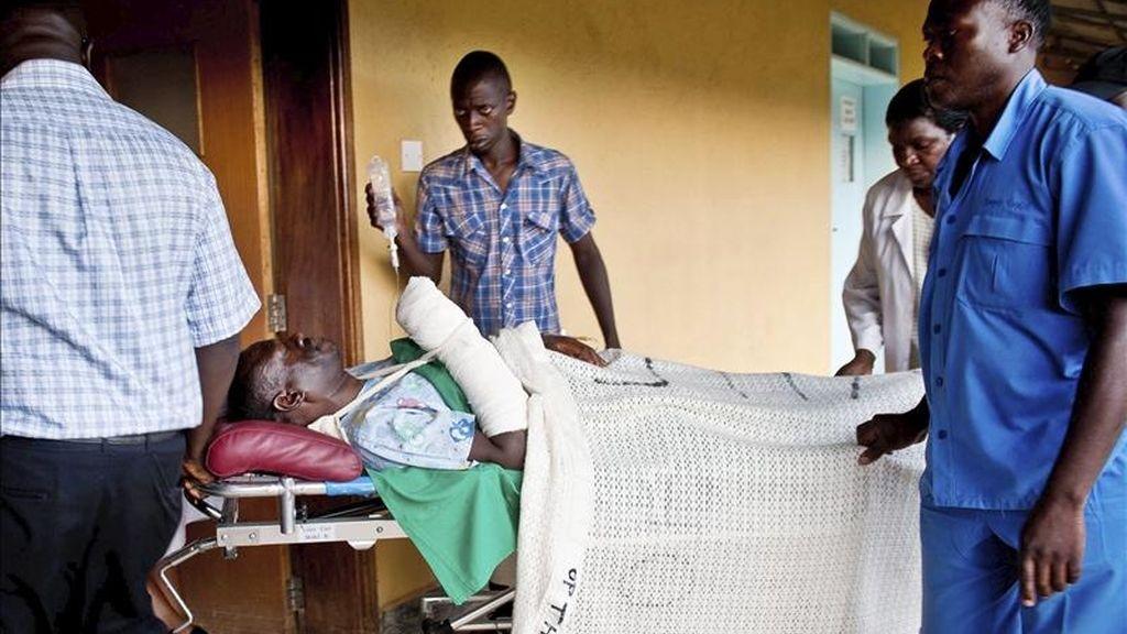 El líder de la oposción ugandesa, Kizza Besigye, (c), llega en camilla a un hospital de Kampala, Uganda, tras ser herido durante una protesta en la que las Fuerzas de Seguridad de Uganda han dispersado a tiros a los participantes. EFE