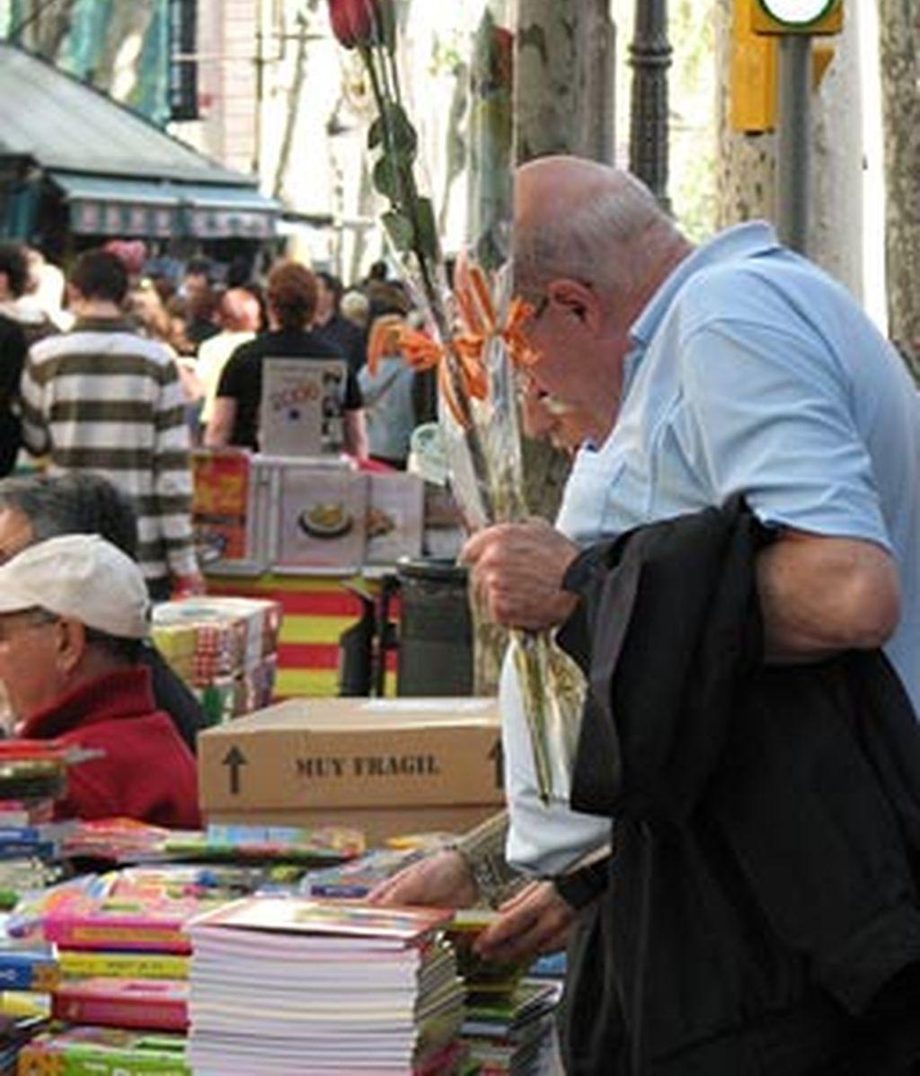 Los catalanes celebran Sant Jordi regalando un libro y una flor.