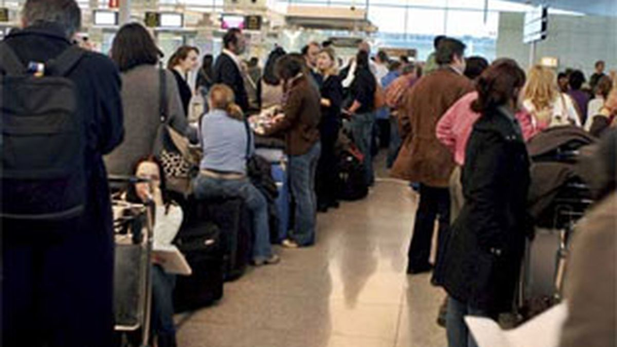 A pesar de que los aeropuertos españoles operan sin incidencias,  Aena recomienda a los pasajeros que consulten con su compañía  aérea el estado de su vuelo antes de acudir al aeropuerto.  FOTO: EFE