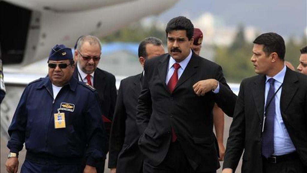 El canciller venezolano, Nicolás Maduro (c), a su llegada este 29 de julio a Quito, Ecuador, donde asistirá a la reunión extraordinaria del Consejo de Cancilleres de la Unasur, para analizar la crisis colombo-venezolana. EFE