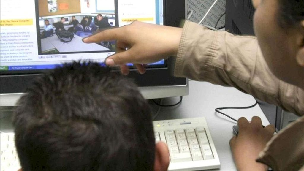En la imagen, dos jóvenes navegan por internet. EFE/Archivo