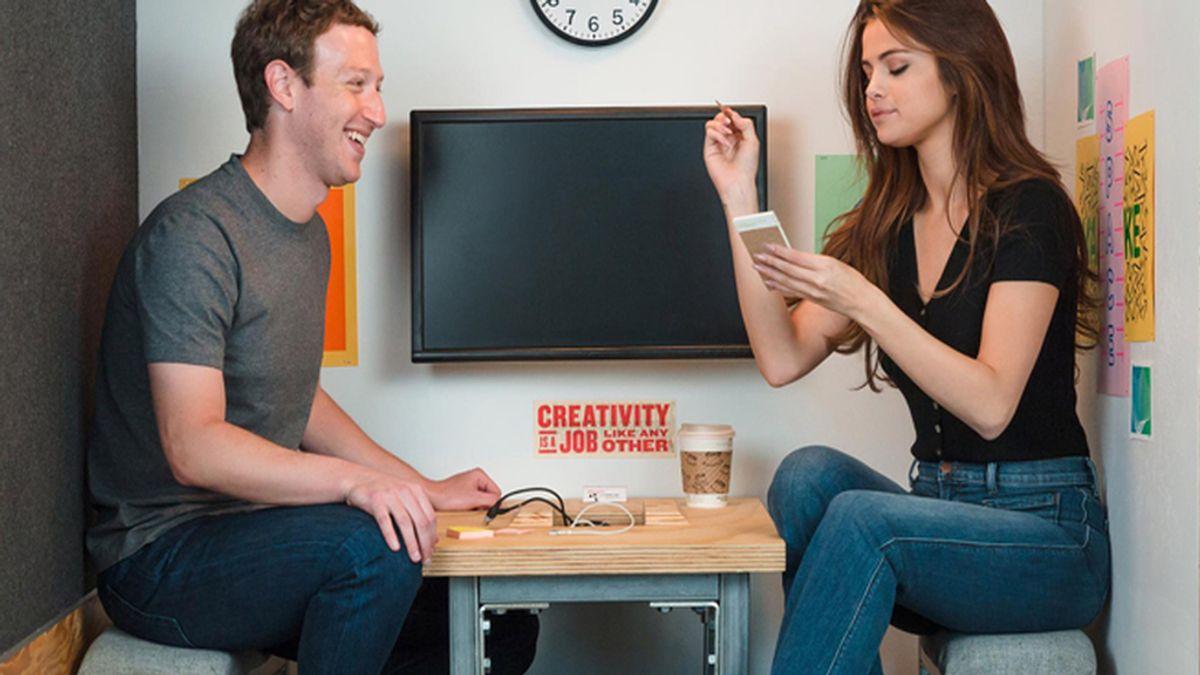 El creador de Facebook y Selena Gómez... ¡juntos en una diminuta habitación!