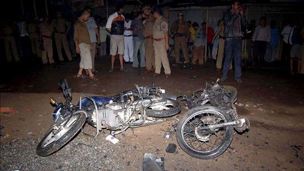 Restos de dos motocicletas que destruidas en una explosión en el centro de la ciudad de Guwahati, al noreste de la India, el pasado 31 de marzo. EFE/Archivo