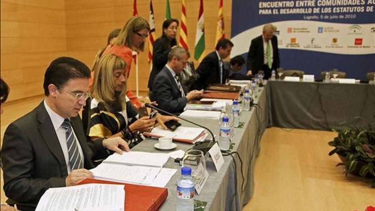 El consejero de Gobernación de la Generalitat Valenciana, Serafín Castellano (i), durante la reunión del VII Encuentro del Grupo de Comunidades Autónomas para el Desarrollo de los Estatutos celebrada hoy en Logroño. EFE