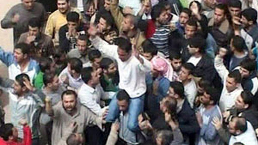 Manifestación de opositores al régimen en Siria. Vídeo: Informativos Telecinco.