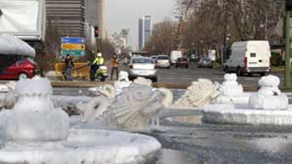 Las temperaturas bajo cero que se han registrado en Madrid durante la noche, han hecho que una de las fuentes del Paseo de la Castellana apareciera helada este jueves. Foto: EFE