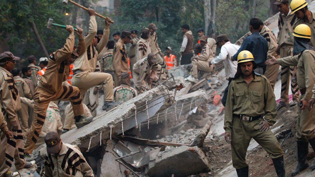 Los operativos de rescate intentan salvar a los supervivientes del derrumbe del edifico en Nueva Delhi