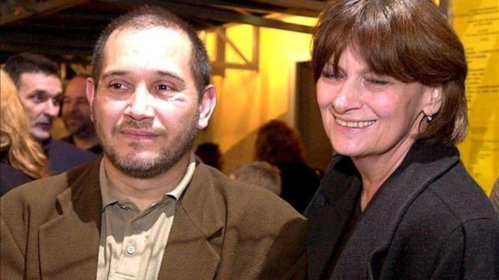 Fotografía de archivo datada el 5 de febrero de 2002 de Eduardo Rózsa Flores junto a la directora de cine húngara, Ibolya Fekete, en Budapest, Hungría. EFE/Archivo