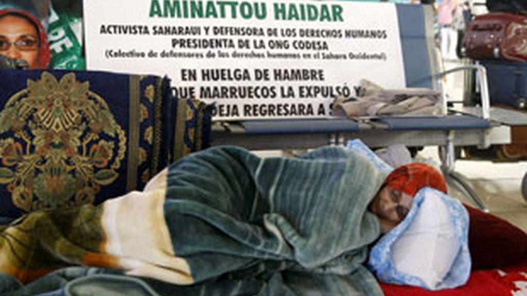 Aminattou Haidar en el aeropuerto de Lanzarote. Foto: EFE