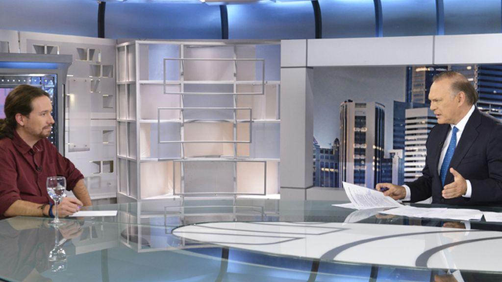 Pablo Iglesias en el plató de Informativos Telecinco con Pedro Piqueras