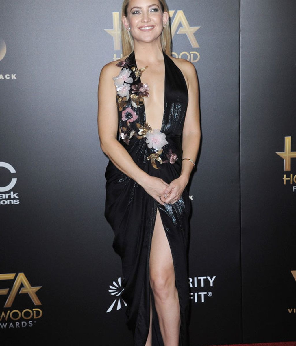 Brillos, flores y escotazo: el 'look' de Kate Hudson fue de los más arriesgados