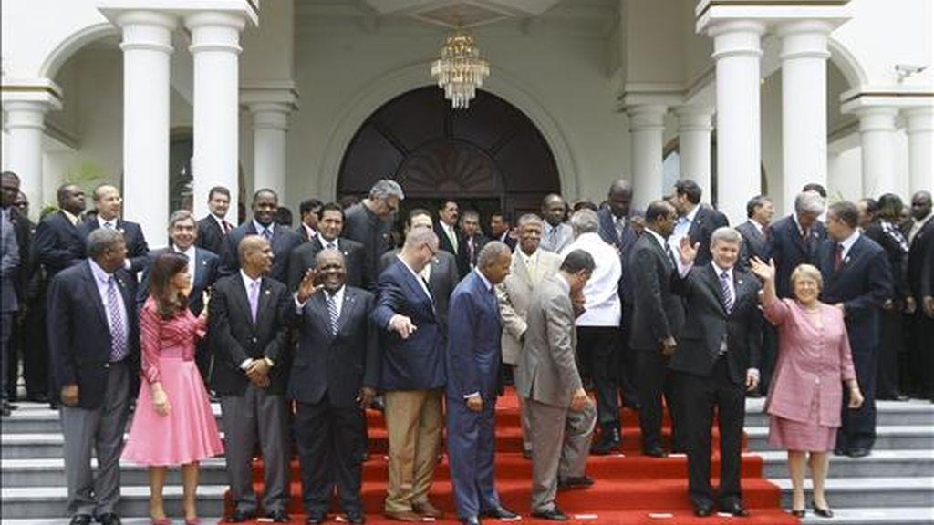 Los presidentes se colocan para la foto de clausura de la V Cumbre de las Américas que se ha celebrado en Puerto España, capital de Trinidad y Tobago desde el pasado viernes. EFE