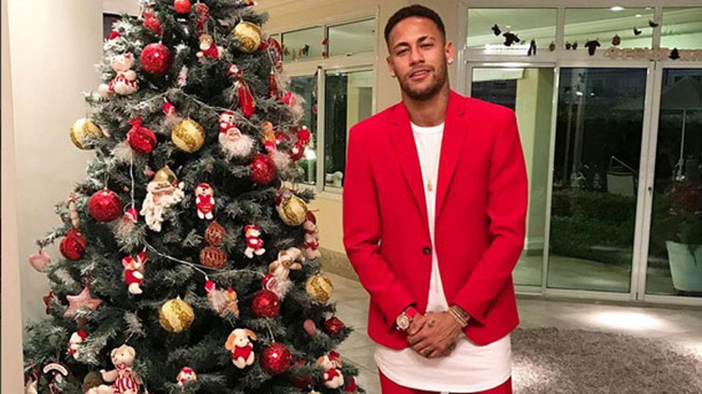 El 'look' Papá Noel con americana pantalón corto y sketchers de Neymar