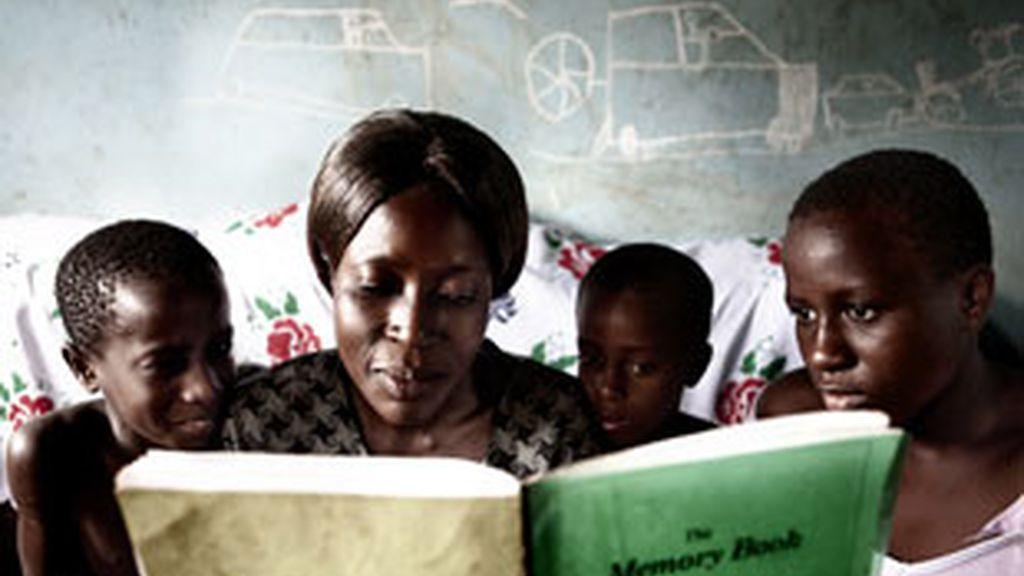 Roninah y sus hijos leen su Memory Book terminado: Foto: AN HUA