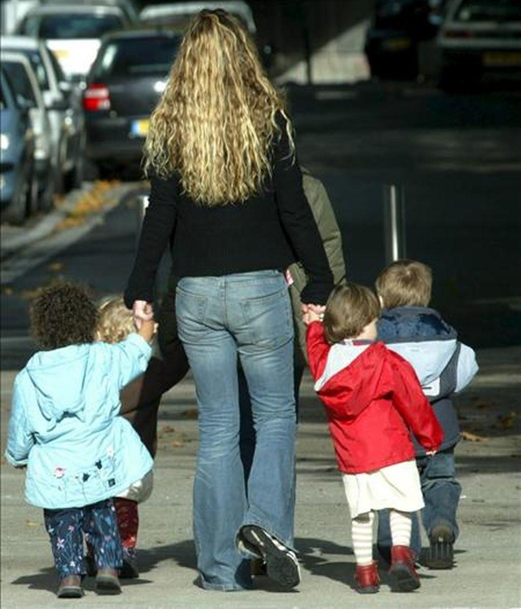 Según los expertos, las madres que inundan a sus hijos de cariño durante sus primeros años de vida, les preparan para hacer frente al estrés vital al que inevitablemente se enfrentarán de adultos. EFE/Archivo