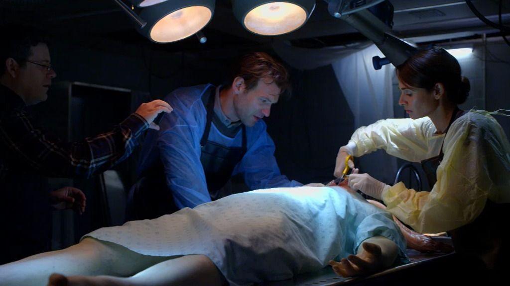 Los doctores Goodweather y Martínez analizan el cadáver del piloto