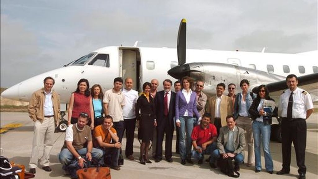 El cabeza de lista del PP a las elecciones europeas, Jaime Mayor Oreja, posa con los miembros del equipo que forma la caravana electoral a su llegada a Valladolid. EFE/Archivo