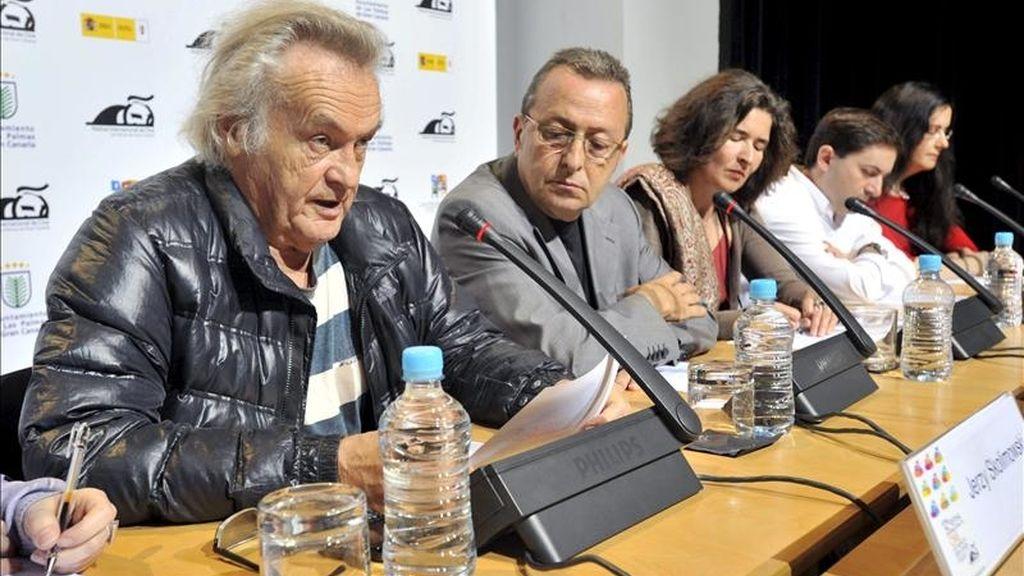 El presidente del jurado del XII Festival Internacional de Cine de Las Palmas de Gran Canaria, el director polaco Jerzy Skolimowsky (i), y el director del certamen, Claudio Utrera (2i), anunciaron hoy el palmarés de premios del festival. EFE
