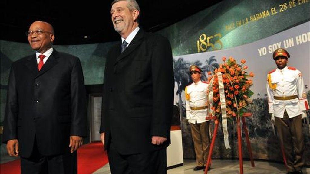 El presidente de Sudáfrica, Jacob Zuma (i), y el vicecanciller cubano, Marcos Rodríguez (2-i), participan en una ceremonia de ofrenda floral ante un busto del prócer cubano José Martí. EFE